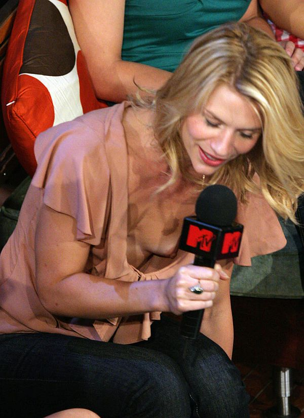 Клэр Дэйнс засветила грудь на MTV :: Claire Danes Downblouse Tit Shot