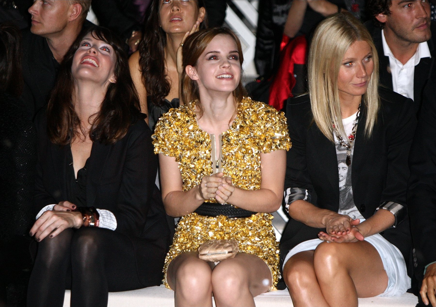 Эмма Уотсон засветила трусики на показе Burberry :: Emma Watson Burberry Fashion Show Upskirt